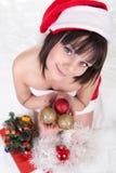 Hållande julbollar för flicka arkivbild
