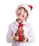 Hållande julgåva för lycklig pojke som undrar wat Arkivfoton