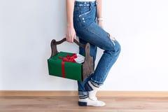 Hållande julgåvor för oigenkännlig kvinna i träkorg lycklig ferievinter Royaltyfri Fotografi