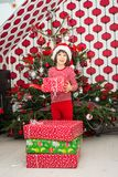 Hållande julklapp för pojke Royaltyfri Bild