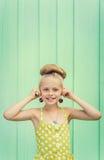Hållande körsbär för den härliga flickan som örhängen - utforma Rockabilly arkivbild