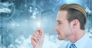 Hållande kabelsignalljus för man mot digitalt frambragt knyta kontakt bakgrund royaltyfri fotografi