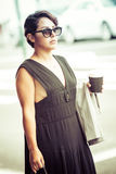 Hållande kaffe för kvinna royaltyfri foto