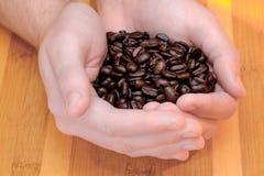 Hållande kaffe för manlig hand Arkivbild