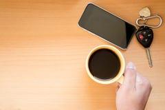 Hållande kaffekopp för hand Arkivbild