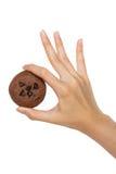 Hållande kaka för hand Arkivfoto