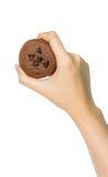 Hållande kaka för hand Royaltyfria Foton