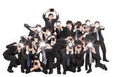 Hållande kamera för fotografer som pekar till dig Royaltyfri Fotografi