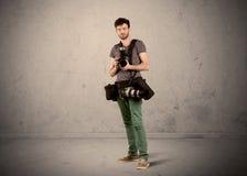 Hållande kamera för hobbyfotograf Arkivfoton