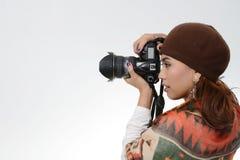 Hållande kamera för kvinna Royaltyfri Foto