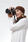 Hållande kamera för kvinna Royaltyfri Bild
