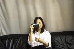 Hållande kamera för kvinna Royaltyfri Fotografi