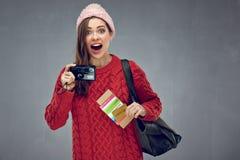 Hållande kamera för lycklig överraskande kvinna, kreditkort med passet arkivbilder