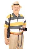 Hållande kamera för mogen fotograf och Royaltyfria Foton