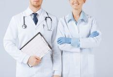 Hållande kardiogram för sjuksköterska- och mandoktor royaltyfria bilder