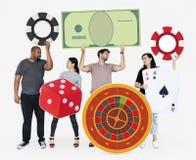 Hållande kasinosymboler för besviket olikt folk arkivfoton