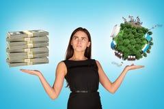 Hållande kassa för affärskvinna och jordjordklot arkivbild