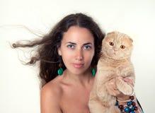 Hållande katt för kvinna royaltyfri bild