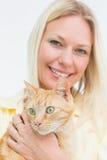 Hållande katt för lycklig kvinna på vit bakgrund Royaltyfri Fotografi
