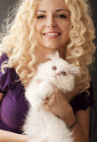 Hållande kattunge Arkivfoto