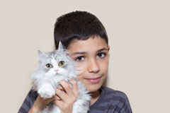 Hållande kattunge för pojke Royaltyfri Bild
