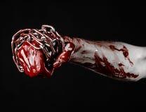 Hållande kedja för blodig hand, blodig kedja, halloween tema, svart bakgrund som isoleras Arkivfoto