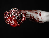 Hållande kedja för blodig hand, blodig kedja, halloween tema, svart bakgrund som isoleras Arkivbild