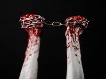 Hållande kedja för blodig hand, blodig kedja, halloween tema, svart bakgrund som isoleras Royaltyfri Bild