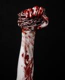 Hållande kedja för blodig hand, blodig kedja, halloween tema, svart bakgrund som isoleras Arkivfoton