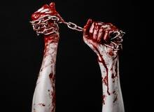Hållande kedja för blodig hand, blodig kedja, halloween tema, svart bakgrund som isoleras Royaltyfria Bilder