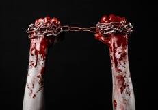 Hållande kedja för blodig hand, blodig kedja, halloween tema, svart bakgrund som isoleras Royaltyfria Foton