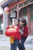 Hållande kinesisk lykta för moder och för son Arkivbild
