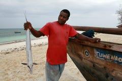 Hållande Kingfish för svart fiskare, Zanzibar Arkivbild