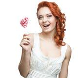 Hållande klubba för lycklig röd kvinna Royaltyfri Fotografi
