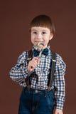 Hållande klubba för stiligt barn i hand arkivbilder
