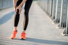 Hållande knä som har en trauma royaltyfria bilder