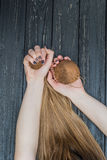 Hållande kokosnöt för flicka i händer Arkivbilder
