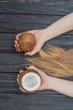 Hållande kokosnöt i händer Royaltyfri Foto