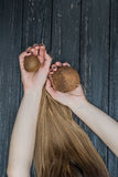 Hållande kokosnöt i händer Royaltyfri Fotografi