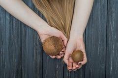 Hållande kokosnöt i händer Arkivbilder
