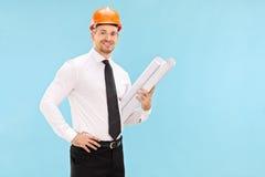 Hållande konstruktionsplan för manlig arkitekt Arkivbild