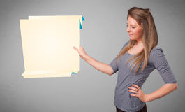 Hållande kopierar den pappers- vitorigamien för den unga kvinnan utrymme Royaltyfri Fotografi