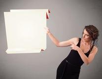 Hållande kopierar den pappers- vitorigamien för den unga kvinnan utrymme Arkivbild