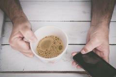 Hållande kopp av coffe Arkivbilder