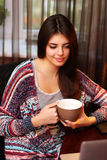 Hållande kopp kaffe för attraktiv kvinna Royaltyfri Bild