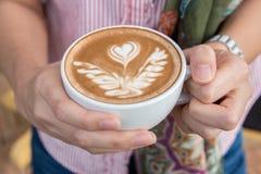 Hållande kopp kaffe för kvinna, slut upp Fotografering för Bildbyråer