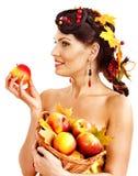 Hållande korg för flicka med frukt. Arkivfoton