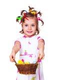 Hållande korg för flicka med påskgarneringen arkivbild