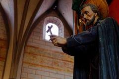 Hållande kors för staty Royaltyfri Foto