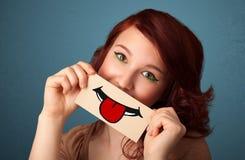 hållande kort för kvinna med rolig smiley Royaltyfri Foto